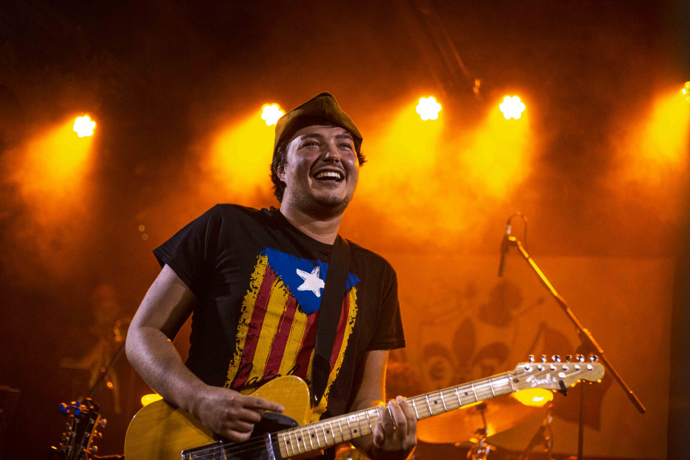 Émile Bilodeau: chapeau/costume, mais t-shirt et guitare authentiques